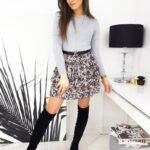 szary sweterek damski stylizacja ze spódnicą